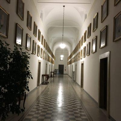 Couloir de la Curie de l'Ordre des Prêcheurs au couvent de Sainte Sabine / Rome, avec les bureaux du Maître de l'Ordre et la galerie des portraits des successeurs de saint Dominique.